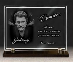 Portrait, photo de Johnny gravée sur une plaque funéraire en verre.