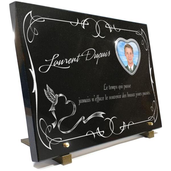 Plaque funéraire granit oiseaux colombe arabesques ruban. 30 x 40 cm.
