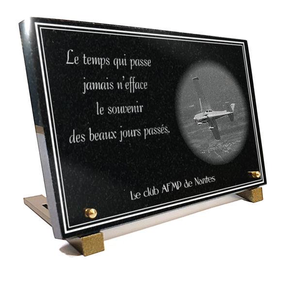 Plaque funéraire personnalisable avion de tourisme. 20 x 30 cm en granit gravé.