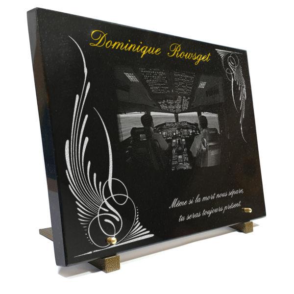 Plaque funéraire personnalisable avec dessin cockpit d'avion et texte doré.