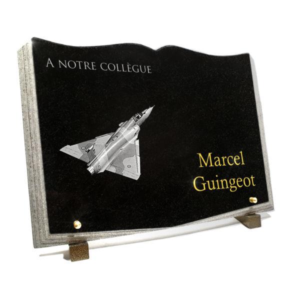 Plaque funéraire granit livre ouvert granit galbée découpé dorure or 24 carats. 25 x 35 cm.
