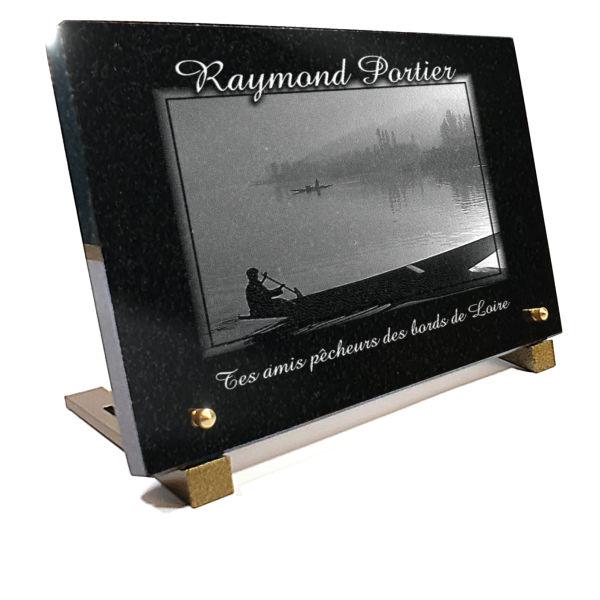 Plaque funéraire barque de loire rivièr. Granit gravé.