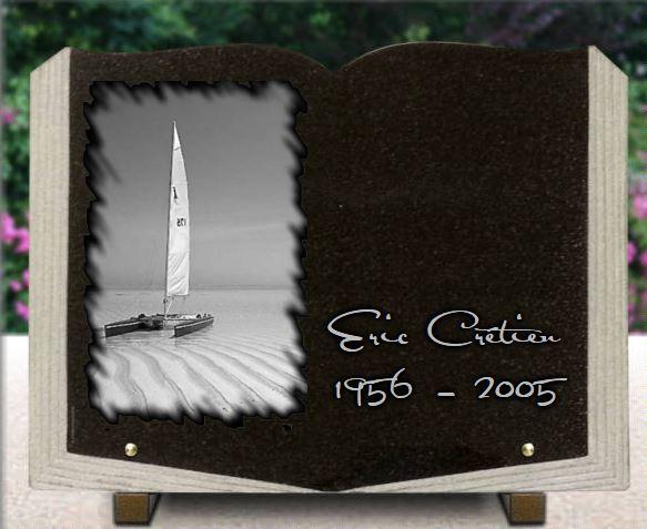 Plaque funéraire forme livre avec photo porcelaine. Granit gravé voilier catamarans plage de sable cocotiers .