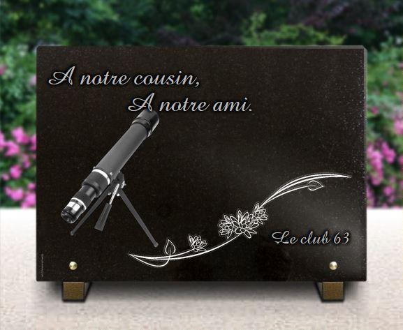 Plaque funéraire télescope et décor fleurs. Plaque granit gravée.