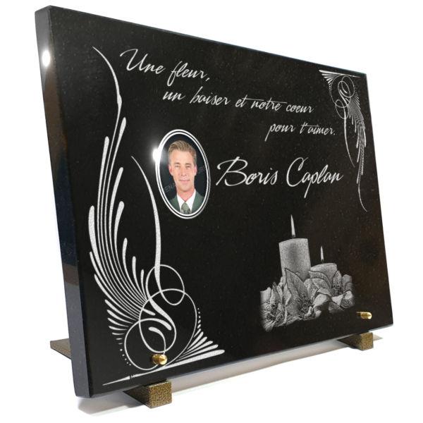 Plaque funéraire élégante en granit 40x30cm avec photo porcelaine et motif bougies.