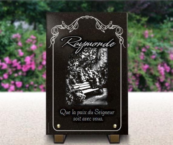 Plaque de cimetière avec banc et fleurs. Granit