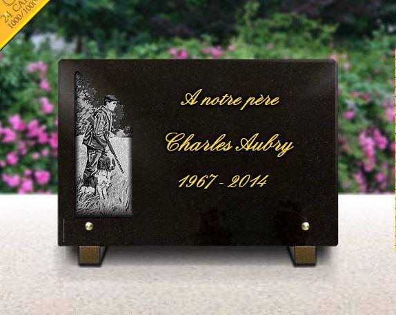 Plaque funéraire granit chasseur avec fusil chien dorure lettres gravées dorées . 20 x 30 cm.