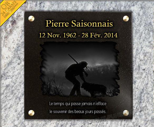 Plaque funéraire granit  à visser percée trous chien chasseur contre jour dorure fusil paysage. 30 x 30 cm.