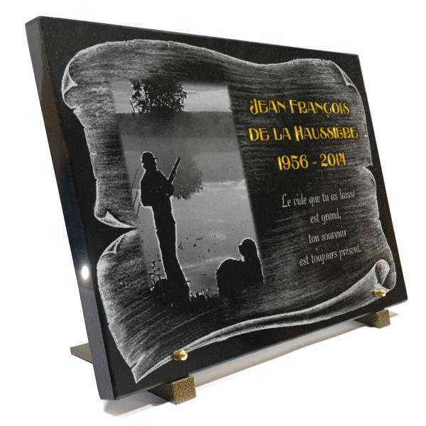 Plaque funéraire granit chasseur chien fusil parchemin dorure lac eau rivière. 30 x 40 cm.