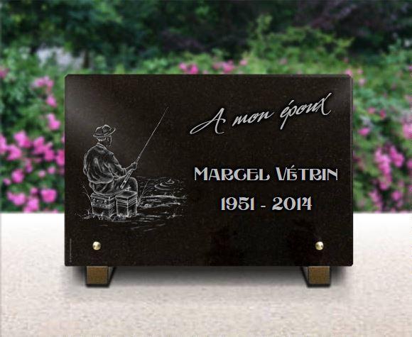 Plaque funéraire granit pecheur assis bord rivière canne et caisse bouchon floteur chapeau. 20 x 30 cm.