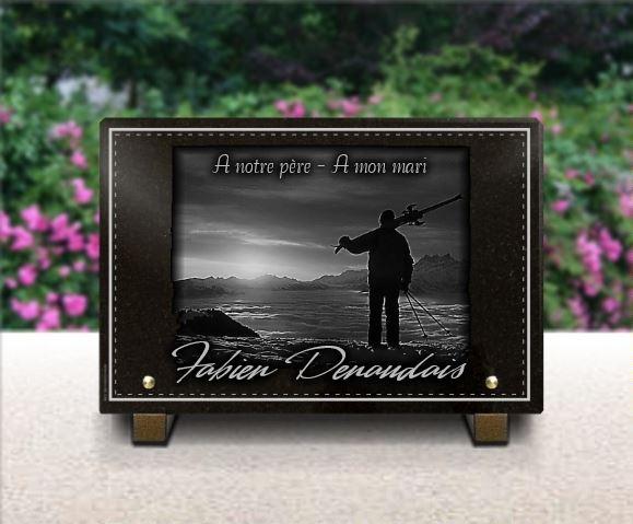 Plaque funéraire granit ski hiver couché de soleil skieur bordure luxe nuages. 20 x 30 cm.