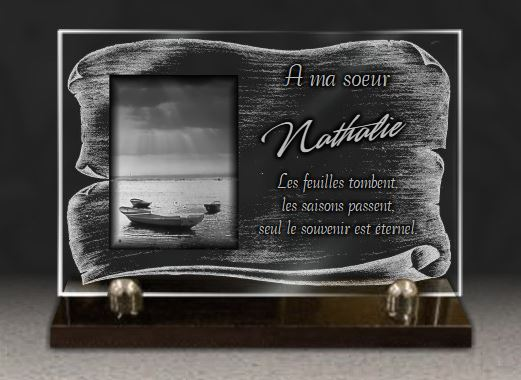 Plaque funéraire verre dessin bateau sur lac rayons couché de soleil nuages peche bateaux. 20 x 30 cm.