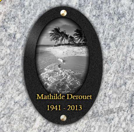 Plaque funéraire granit Médaillon granit percé à visser plage sable île palmier cocotier vagues. 30 x 20 cm.