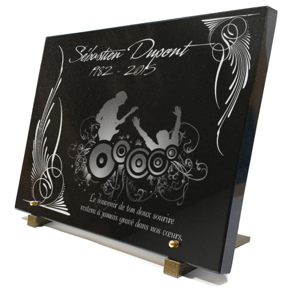 Plaque funéraire granit guitariste graphisme dessin moderne dance electro musique ailes arabesques concert. 30 x 40 cm.