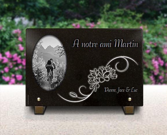 Plaque funéraire granit VTT arabesque styliflor montagne campagne chemin randonneur velo cyclisme cycle. 20 x 30 cm.