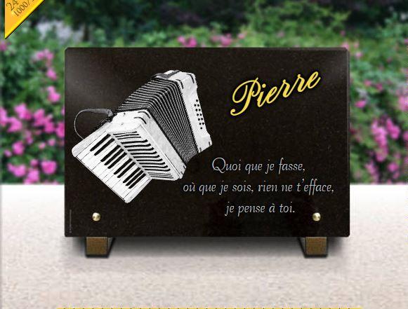 Une plaque funéraire en granit avec un accordéon