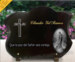 Placa funeraria grabada y dorada, cruz y Señor. granito y pedestales metal
