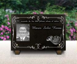 Placa de luto con fotograbado e instrumento. Granito y pedestales.