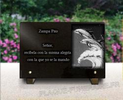 Placa granito pedestales metal, delfín y texto grabados