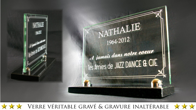 For a good visibility, the monument on which you will put down your glass plaque must be dark.