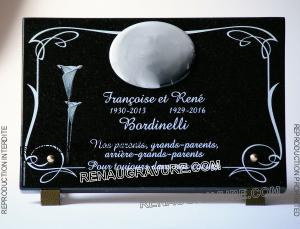 Photo de : plaque de cimetière avec photo porcelaine, fleurs arums et texte funéraire.