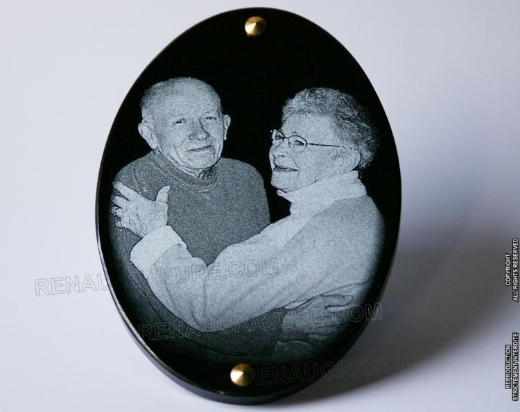 Médaillon ovale en granit 30 x 20 x 1 cm  <br>Gravure d'art inaltérable.