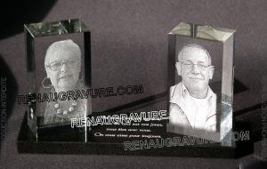Photo de : Plaque funéraire moderne avec photos sur blocs de verre