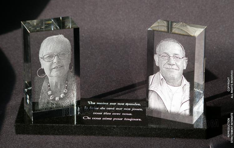 Plaque funéraire moderne avec photos sur blocs de verre