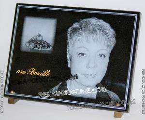 Photo de : plaque de cimetière mont St Michel avec portrait en granit