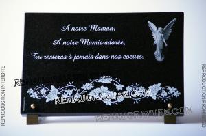 Photo de : Plaque de deuil à personnaliser en granit avec ange et fleurs.