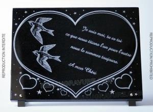 Photo de : Plaque funéraire coeur avec des hirondelles dans un coeur.