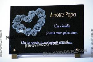 Photo de : Plaque de tombe avec coeur en roses et dorure 24 carats.