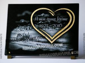 Photo de : Plaque funéraire avec tracteur et coeur doré.