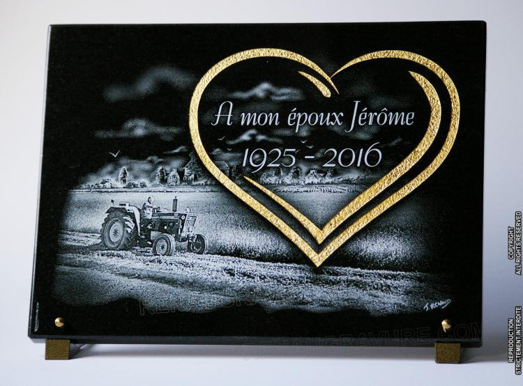 Coeur gravé et doré avec paysage de campagne et tracteur.