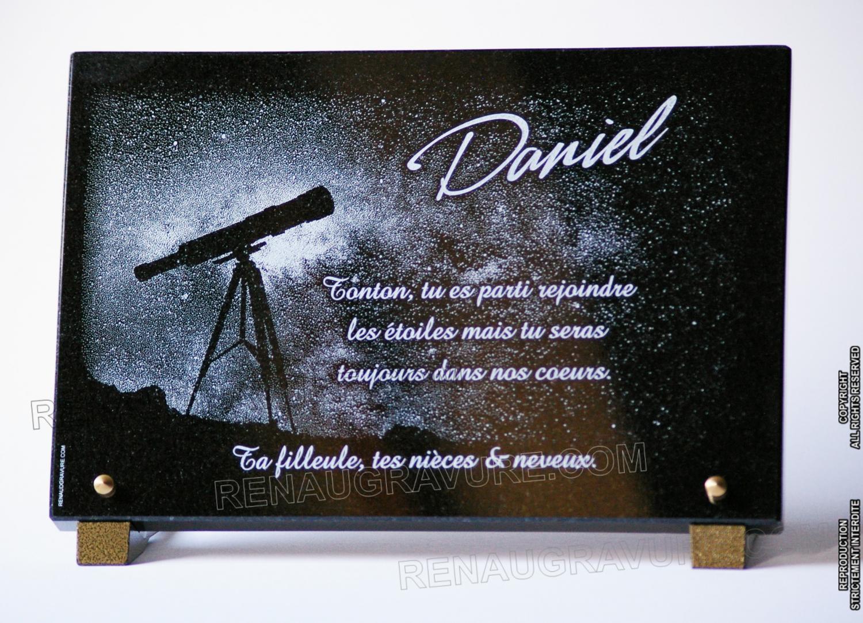 Plaque funéraire voie lactée et téléscope. 30x20cm en granit noir gravé.