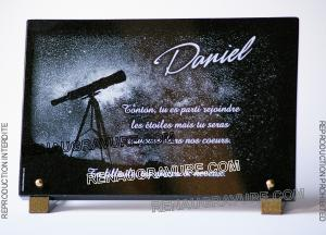 Photo de : Plaque funéraire personnalisée astronome avec téléscope et texte.