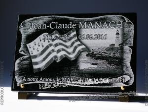 Photo de : plaque mortuaire avec drapeau breton, phare, parchemin