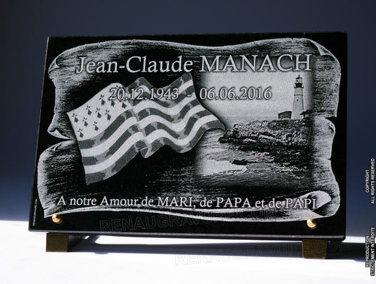Plaque funéraire avec phare, drapeau breton et parchemin.