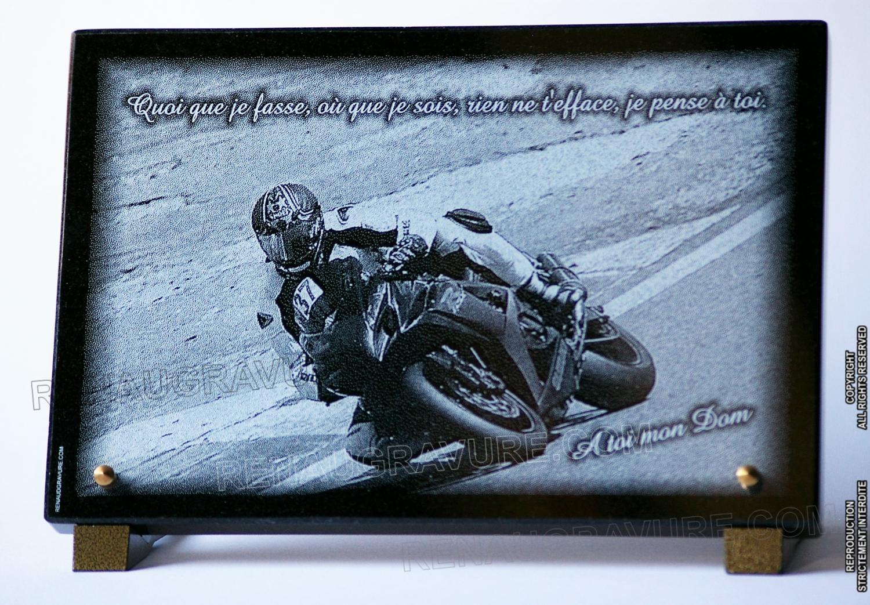 Photographie d'un motard de course gravé sur granit 30x20cm.