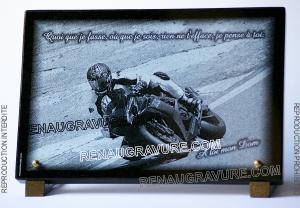 Photo de : Plaque funéraire moto de course gravée sur granit 30x20cm