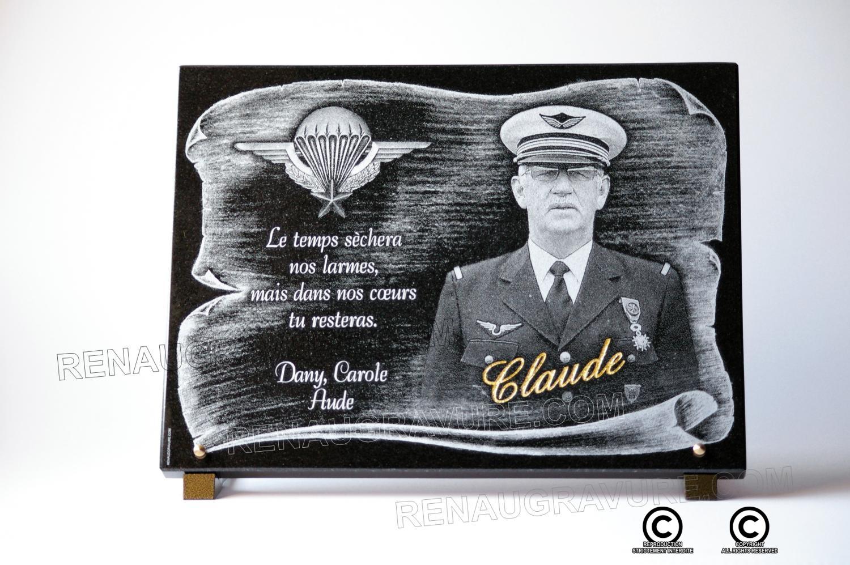 Plaque parchemin avec portrait du défunt et médaille militaire.