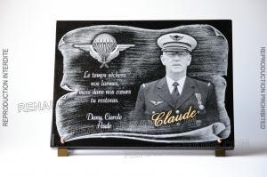 Photo de : Plaque de tombe en granit avec parchemin et photographie du défunt.