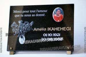 Photo de : Photo porcelaine ovale sur plaque funéraire avec bouquet de roses.