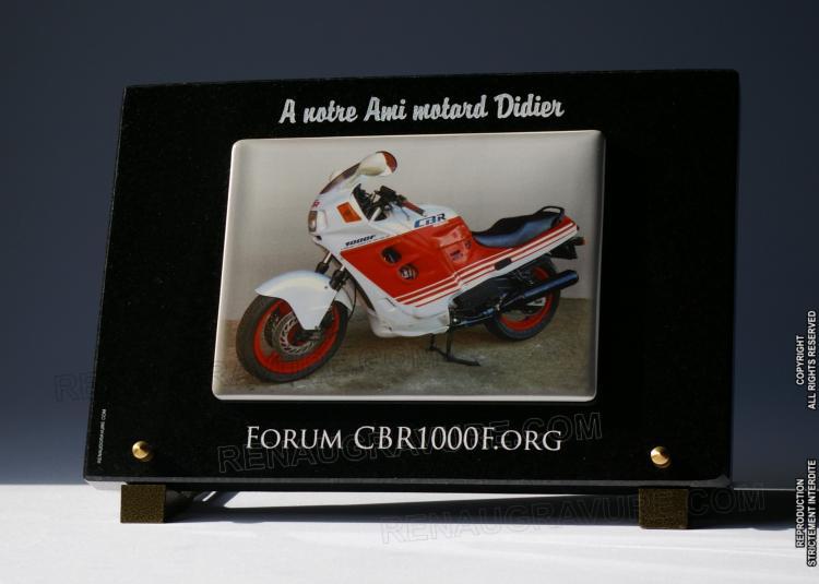 Photo porcelaine avec moto, sur plaque funéraire personnalisée en granit 30x20cm.