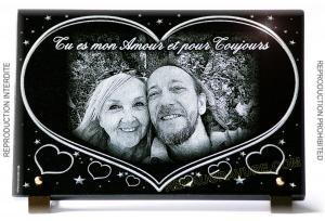 Photo de : Plaque funéraire en granit avec coeurs et portraits
