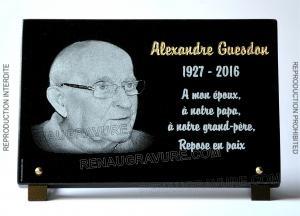Photo de : Gravure photo portrait d'art sur plaques funéraires en granit haute qualité.