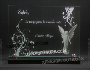 Photo de : Une plaque funéraire en verre avec ange à personnaliser