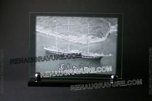 Photo de : Plaque funéraire en verre avec voilier gravé et socle granit.