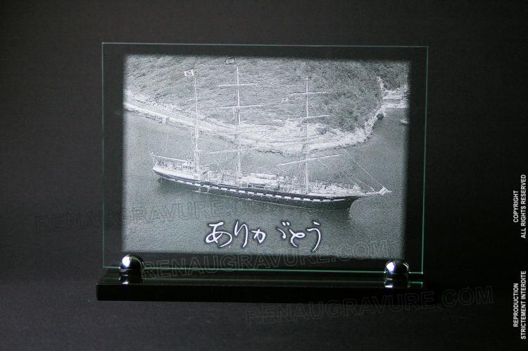 Plaque de décès. Verre 30x20cm sur socle 30x10cm. Gravure voilier 'le Belem' et message japonais.
