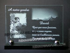 Photo de : Plaque funéraire en verre gravé avec vélo et montagne